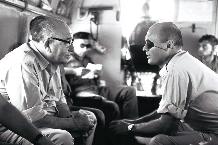 משה דיין ולוי אשכול לאחר מלחמת ששת הימים (צילום: אילן ברונר, לע''מ)