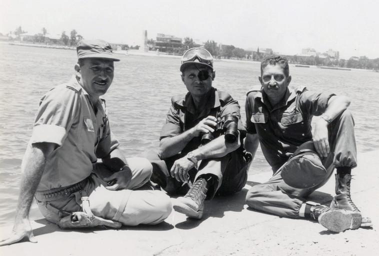 """דיין עם עזר וייצמן (מימין) ומוטי הוד. צילום: דובר צה""""ל"""