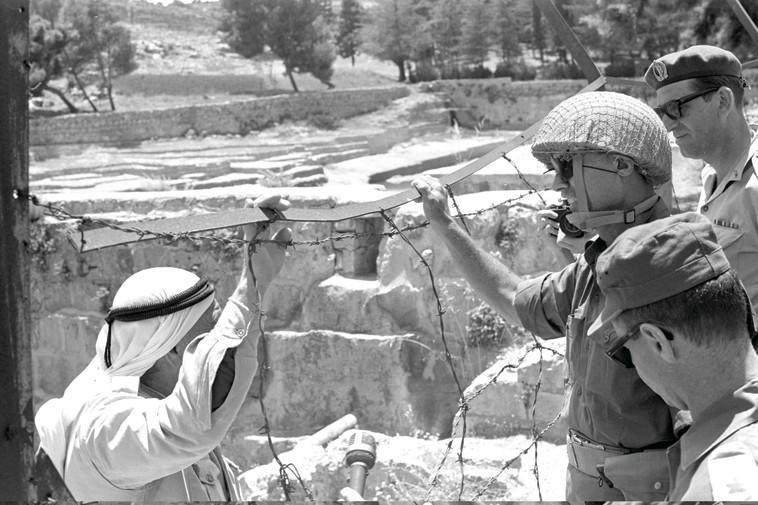 """דיין במפגש ראשון עם הפלסטינים אחרי ששת הימים. האמין שיגיע עמם להסדר. צילום: משה מילנר, לע""""מ"""