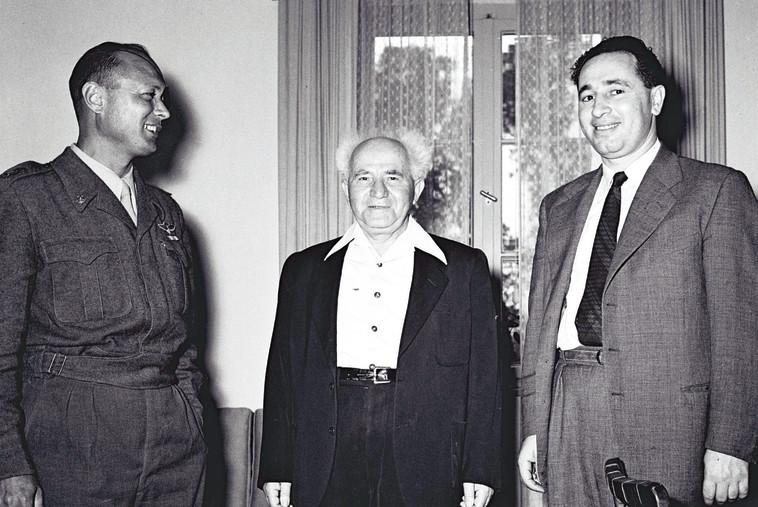 """דיין עם פרס ובן גוריון. הצליח לגרור את האחרון למלחמת אין ברירה נגד מצרים. צילום: הנס פין, לע""""מ"""