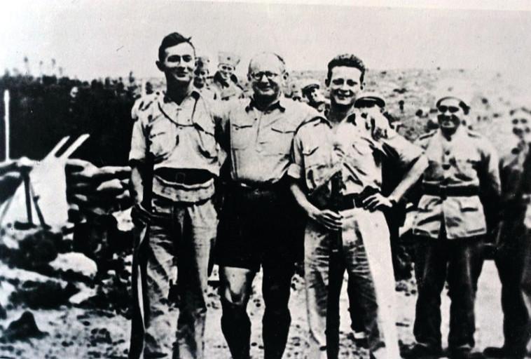 """משה דיין (משמאל) עם יגאל אלון ויצחק שדה. דיין לחם בפלוגות השדה בפיקודו של האחרון. צילום: ארכיון צה""""ל"""