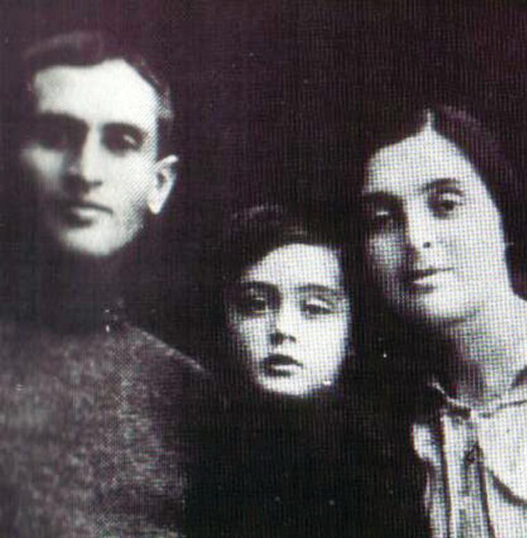 """משה דיין בילדותו עם הוריו דבורה ושמואל. היה הילד הראשון ב""""אם הקבוצות"""". צילום: אלבום משפחתי"""
