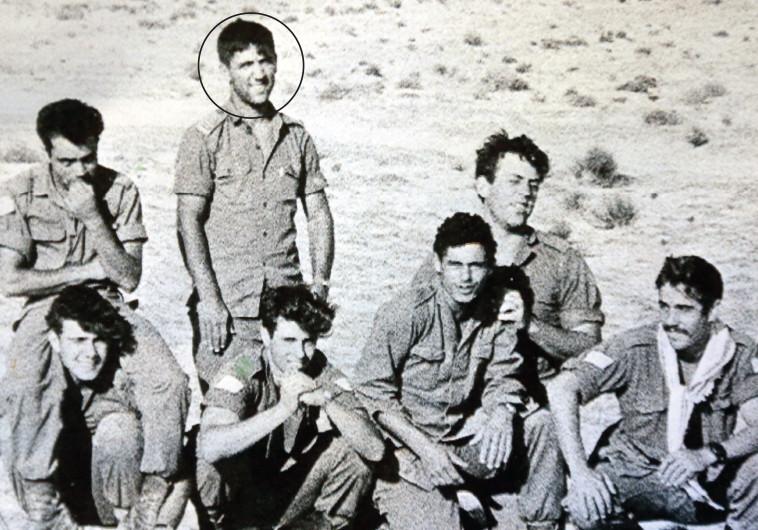"""נחמיה כהן במהלך שירותו הצבאי (מוקף בעיגול). """"בין הלוחמים הטובים בצה""""ל"""". צילום: אריאל בשור, רפרודוקציה"""