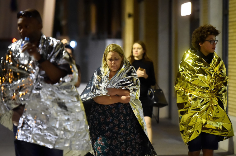 """אזרחים בריטים מחוץ לזירת הפיגוע בלונדון. """"אירופה מסרבת להכיר שהיא במלחמה"""". צילום: רויטרס"""