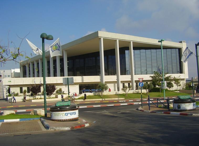 """בית משפט השלום בפ""""ת. כתב אישום הוגש בו נגד עו""""ד עמיקם הדר. צילום: Dr. Avishai Teicher/ CC BY/ ויקיפדיה"""