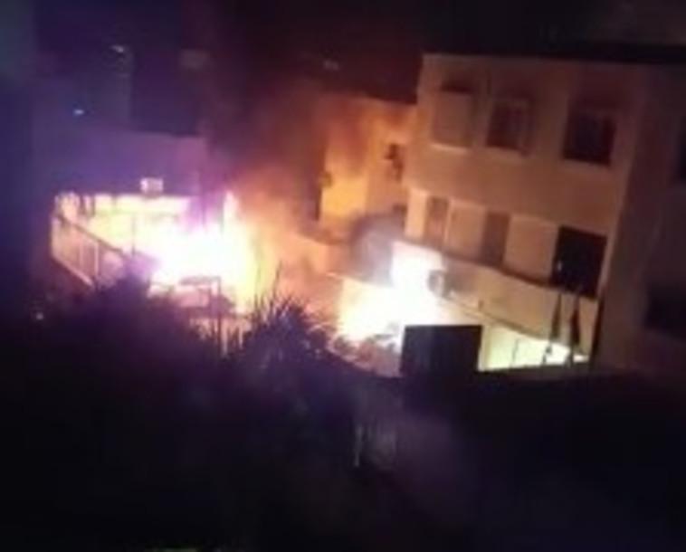 אש משתוללת בכפר קאסם. צילום: קבוצת מדברים תקשורת