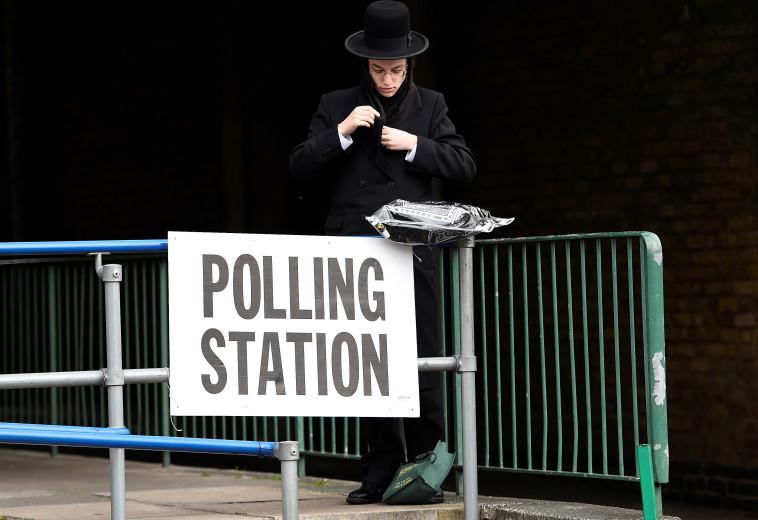 אזרח בריטי יהודי מנצל את זכות ההצבעה. צילום: רויטרס