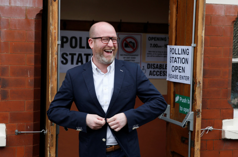 מועמד המפלגה העצמאית של בריטניה פול נאטן מצביע. צילום: רויטרס