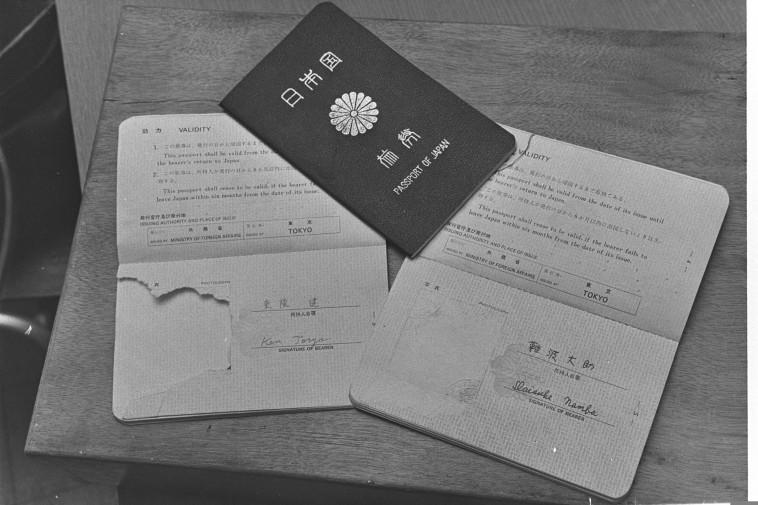 """דרכוניהם של המחבלים בפיגוע. צילום: פריץ כהן, לע""""מ"""