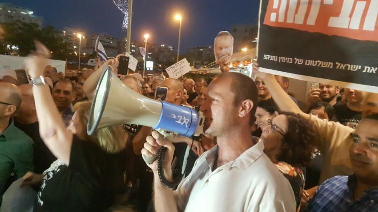 """הפגנה מול בית היועמ""""ש. צילום: אלון חכמון"""
