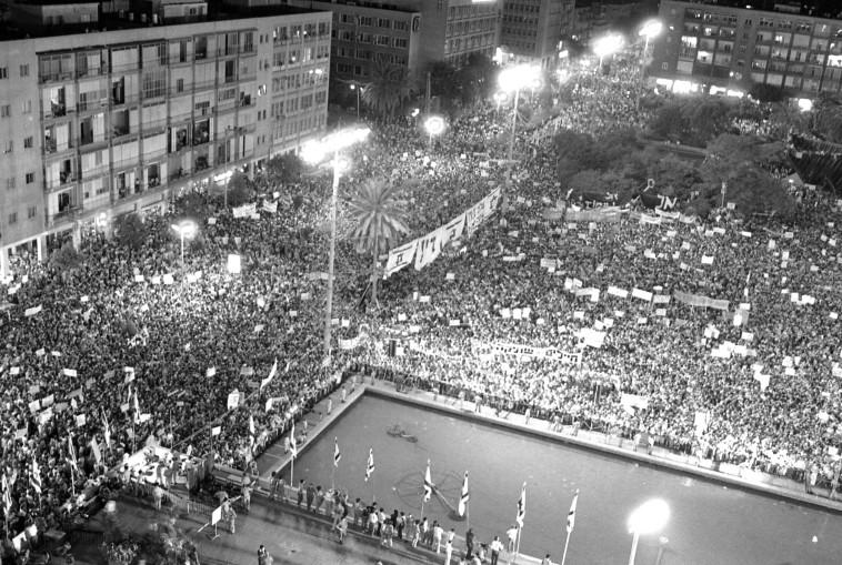 400 אלף בני אדם בהפגנת ענק בכיכר מלכי ישראל. צילום: שמואל רחמני