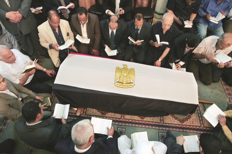 נקבר כגיבור. לוויית אשרף מרואן, צילום: AFP