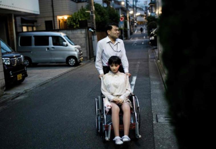 אוזקי חי עם מאיו תחת אותה קורת גם עם בתו ואשתו. טוויטר