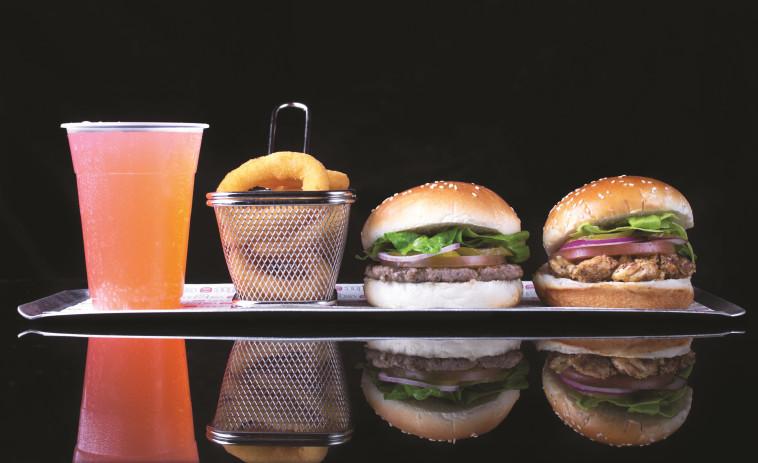 """יצירות מופת. המבורגרים ב""""שמונה"""". צילום: יח""""צ"""