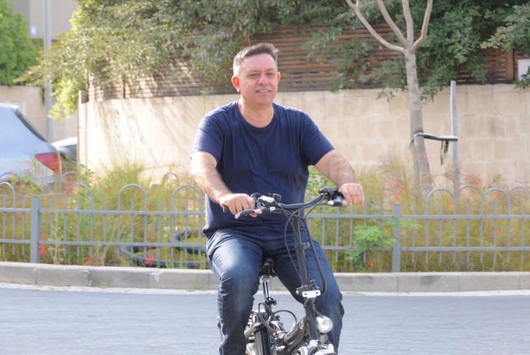 גבאי על האופניים. צילום: אבשלום ששוני