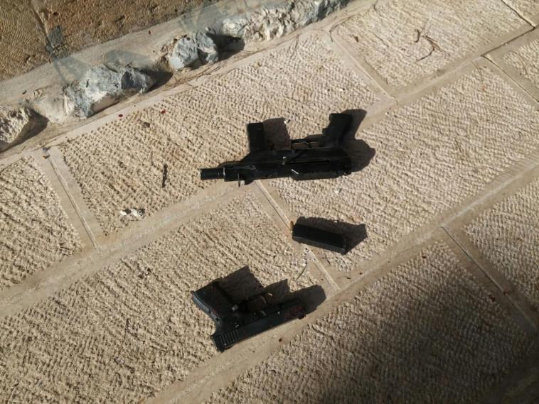 כלי הנשק ששימשו את המחבלים באירוע. צילום: דוברות המשטרה