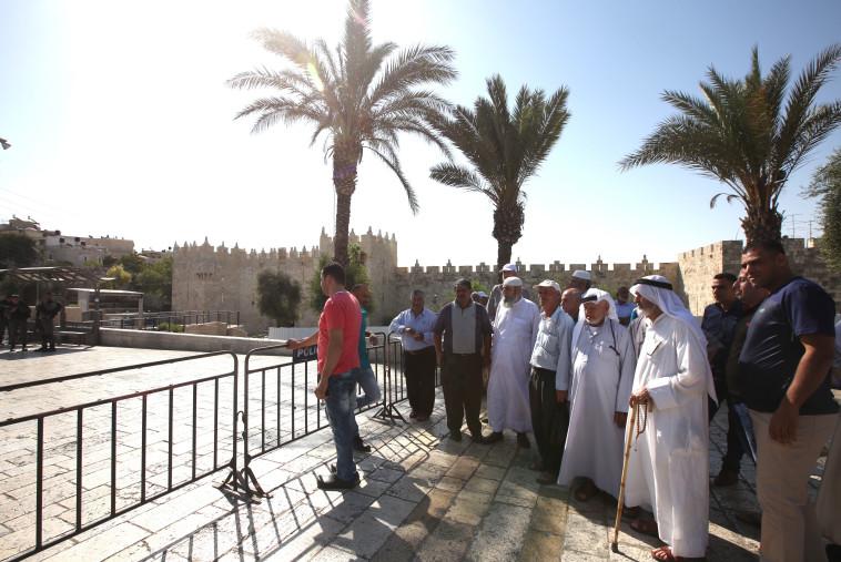 """מוסלמים באזור הר הבית. תפילות יום השישי במתחם בוטלו ע""""י המשטרה. צילום: מרק ישראל סלם"""