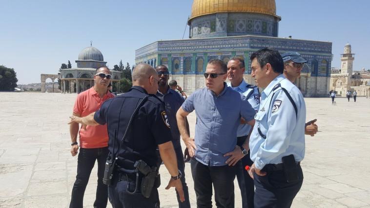 השר ארדן בהר הבית. במערכת הביטחון בוחנים את אפשרויות הפעולה. צילום: דוברות המשטרה