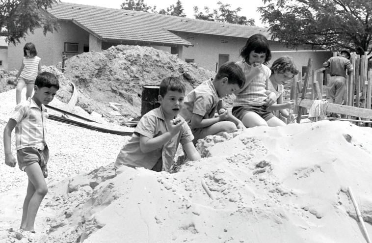 """ילדי בית שאן במלחמת ההתשה. צילום: משה מילנר, לע""""מ"""