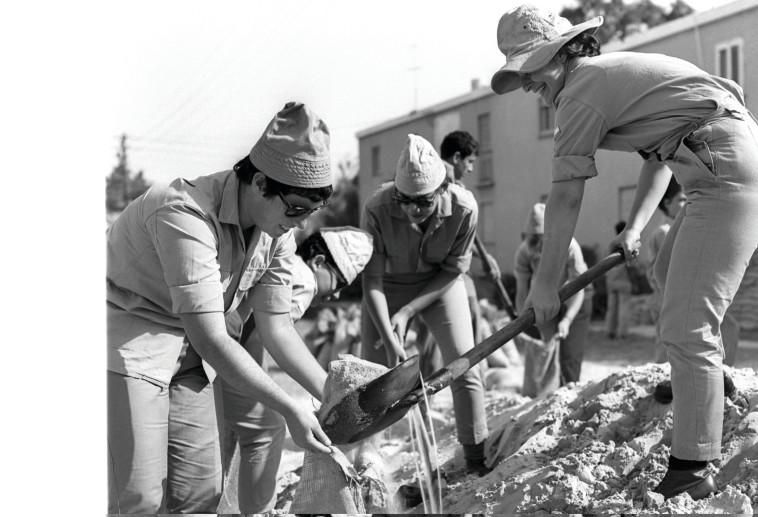 """עבודות ביצורים בבית שאן במהלך המלחמה. צילום: משה מילנר, לע""""מ"""