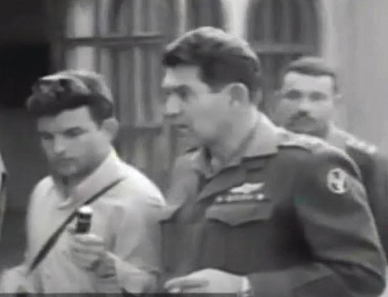 """הכתב הצבאי יעקב ארז עם הרמטכ""""ל לשעבר דוד אלעזר. צילום מסך ערוץ 10"""