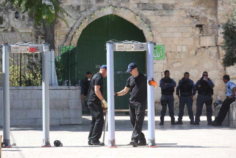 """הצבת המגנומטרים בכניסה להר הבית. ארה""""ב דורשת מישראל להסירם. צילום: מרק ישראל סלם"""