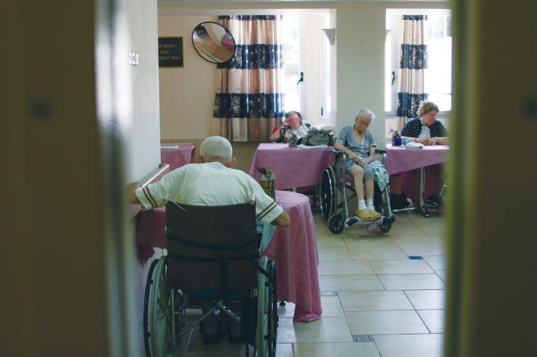 קשישים בבית אבות, אילוסטרציה (צילום: אנה קפלן, פלאש 90)