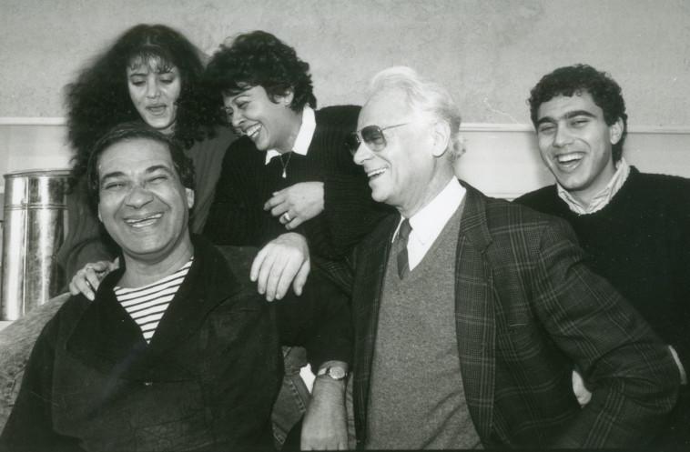 """דפנה דקל עם חברי ההצגה """"סאלח שבתי"""", 1988. צילום: ראובן קסטרו"""