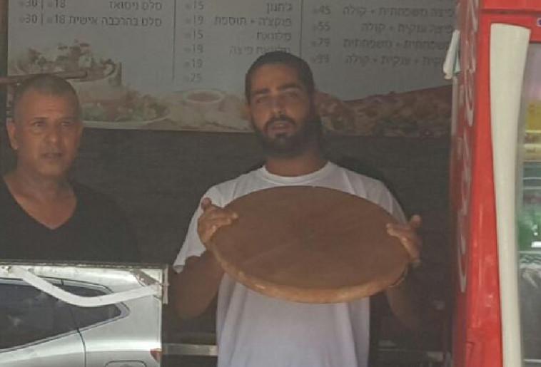 בעל הפיצרייה שהדף את המחבל. צילום: אלון חכמון