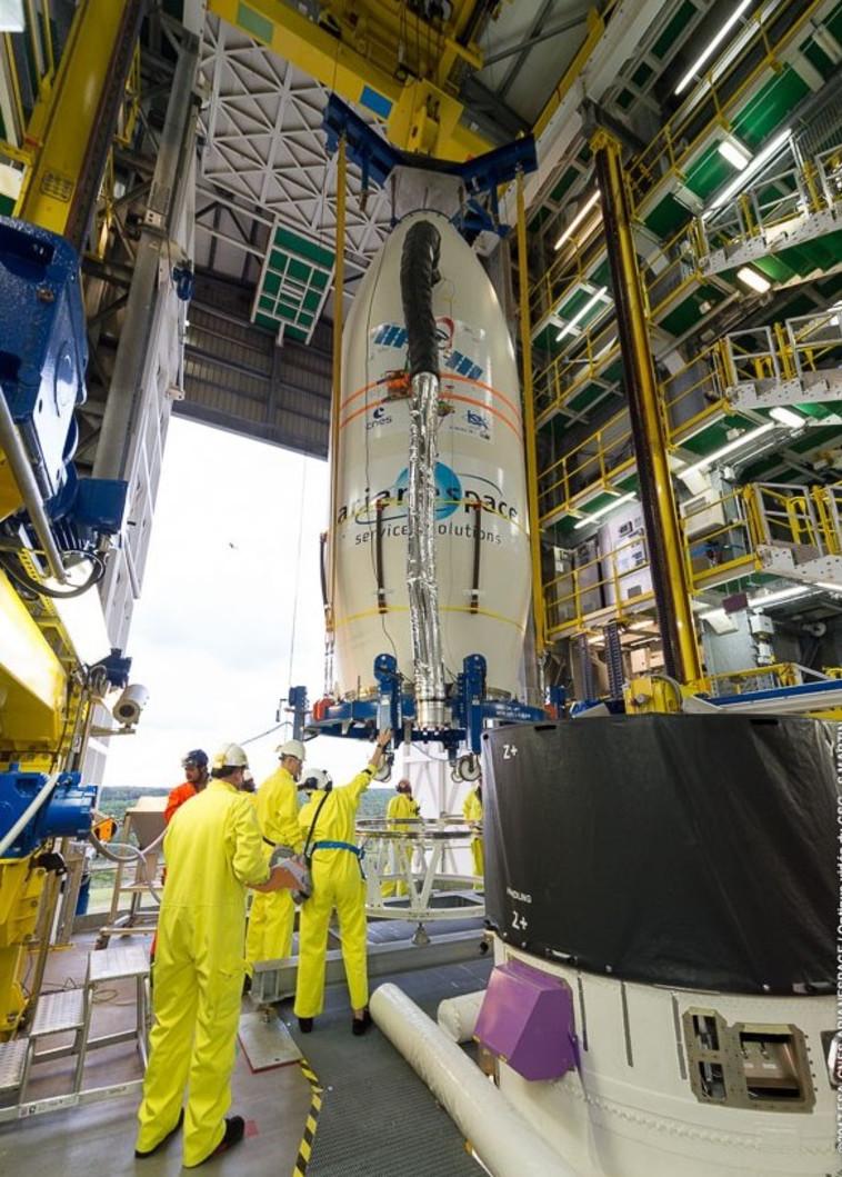"""הכנת הלוויינים ע""""י עובדי התעשייה האווירית. צילום: אריאנספייס"""