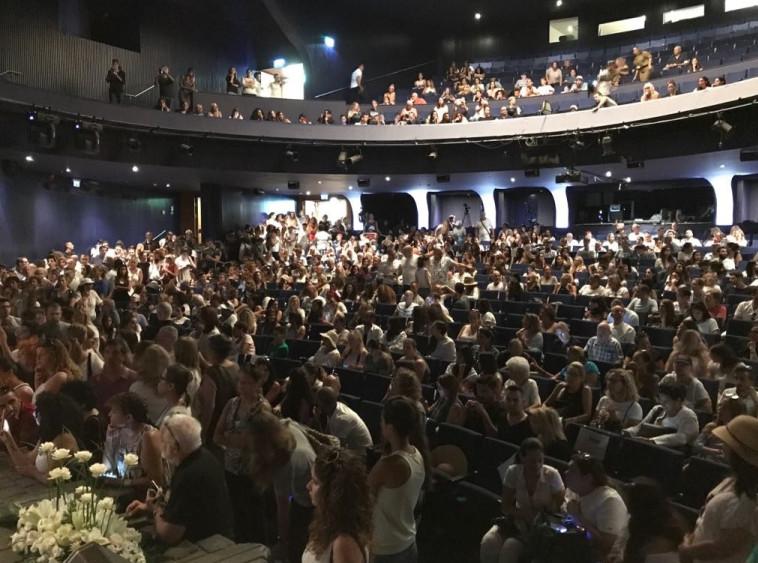 קהל רב הגיע להיפרד מאמיר פיי גוטמן בהבימה. צילום: אבשלום ששוני