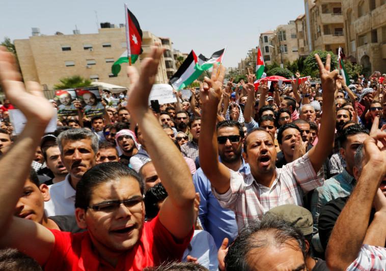 מפגינים מחוץ לשגרירות ישראל בירדן, אחרי התקרית. צילום: רויטרס