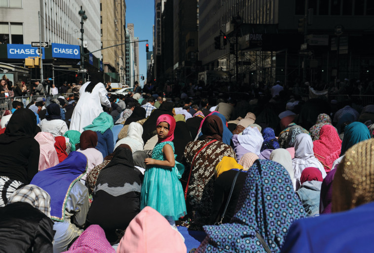 """מתפללים בניו יורק. רבים מהמוסלמים בארה""""ב הם כאלה שהמירו את דתם. צילום: רויטרס"""