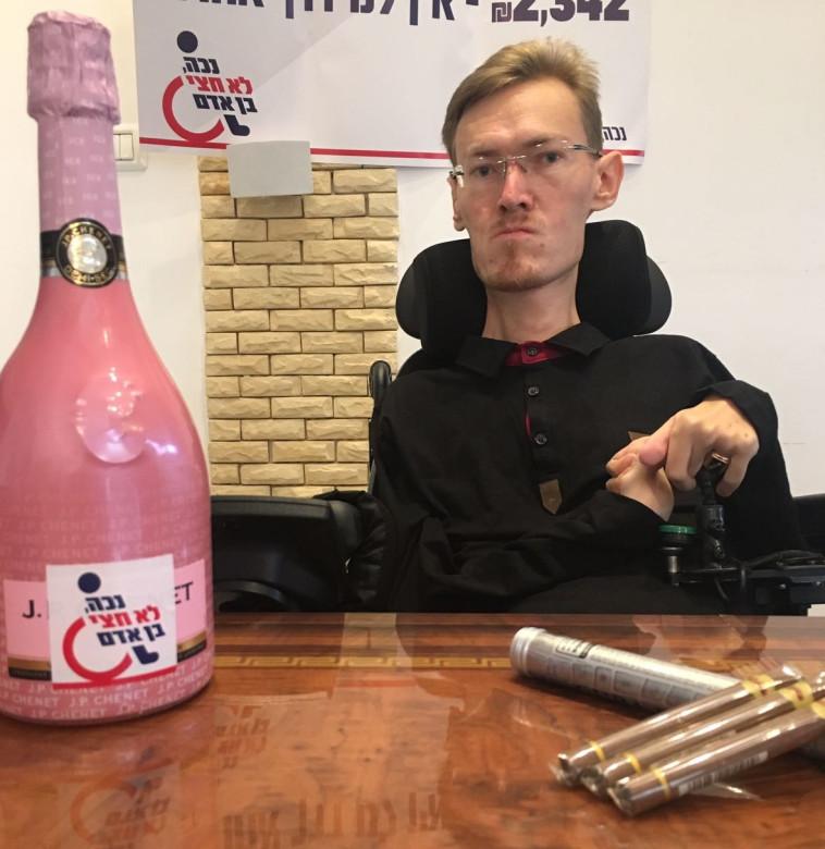 אלכס פרידמן עם שמפניה ורודה וסיגרים. זועם על הממשלה. צילום: נכה לא חצי בן אדם
