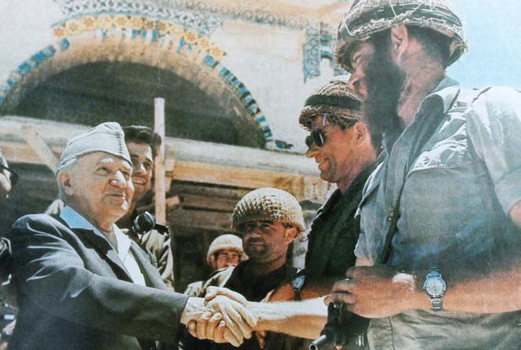 שמעון ''קצ'ה'' כהנר לוחץ יד לדוד בן גוריון (צילום: רפרודוקציה,ראובן קסטרו)