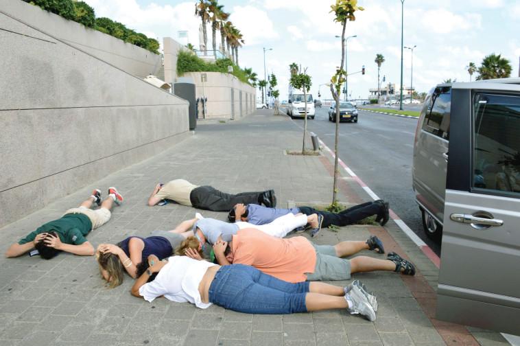 """תל אביב מופגזת בצוק איתן. צילום: משה מילנר, לע""""מ"""