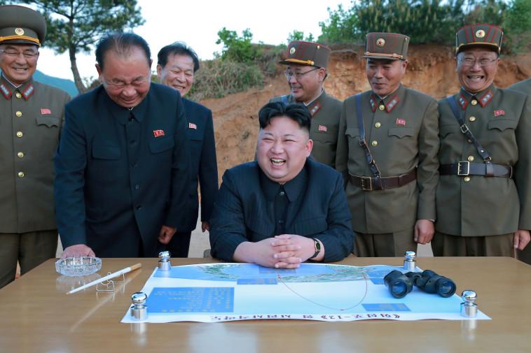 קים ג'ונג און עם בכירים צפון קוריאנים. צילום: רויטרס