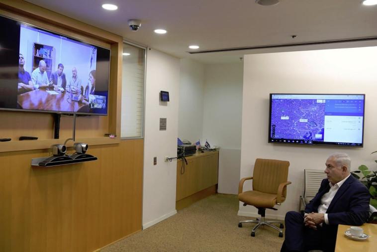 """בנימין נתניהו בחדר המצב של משרד החוץ. צילום: עמוס בן גרשום, לע""""מ"""