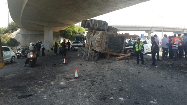 הטרקטור שנפל בכביש 1. צילום: דוברות המשטרה