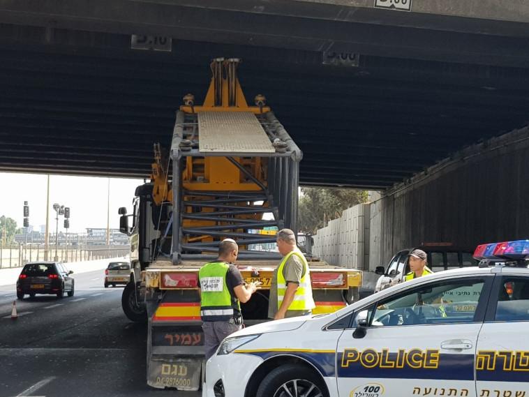 המשאית שהתנגשה במחלף לה גווארדיה. צילום: דוברות המשטרה
