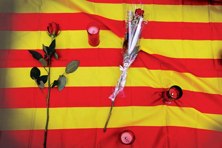 הניחו פרחים והתנגדו להאשמת מוסלמים. טקס לזכר הקורבנות בברצלונה, צילום: רויטרס