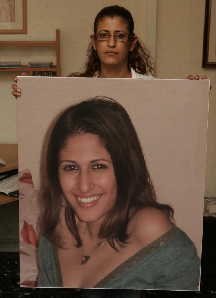 """חבצלת עמרם ז""""ל מחזיקה את תמונת בתה, ענבל ז""""ל . צילום: יהונתן שאול"""