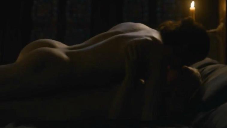 ומה היא חשבה על הסצנה הזו? קיט הרינגטון בסצנת מיטה עם אמיליה קלארק. צילום מסך.