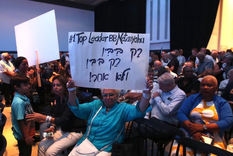מפגינה מביעה את תמיכתה בנתניהו. צילום: מרק ישראל סלם