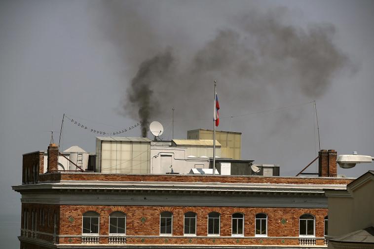 היה קר, או שהשמידו מסמכים מסווגים? העשן מבניין הקונסוליה, צילום: AFP