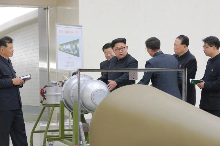 קים ג'ונג און זוכה לסקירה על תוכנית הנשק הגרעיני . צילום: רויטרס