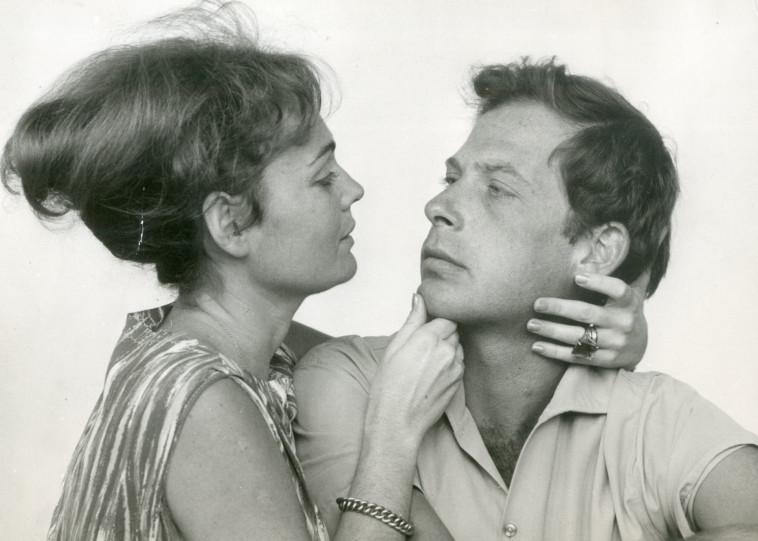 אלכס פלג עם דליה פרידלנד בהצגה המאהב, 1964. צילום: ירון מירלין
