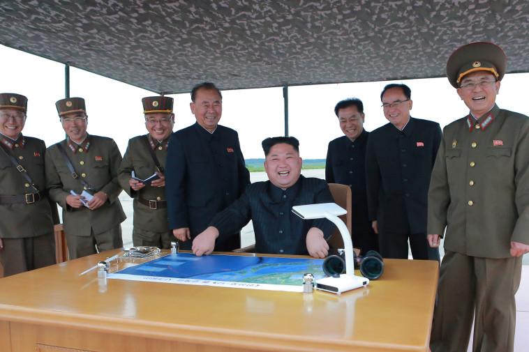 """קים ג'ונג און ויועציו. """"קוריאה הצפונית היא הדיקטטורה הכי גדולה שיש"""". צילום: רויטרס"""