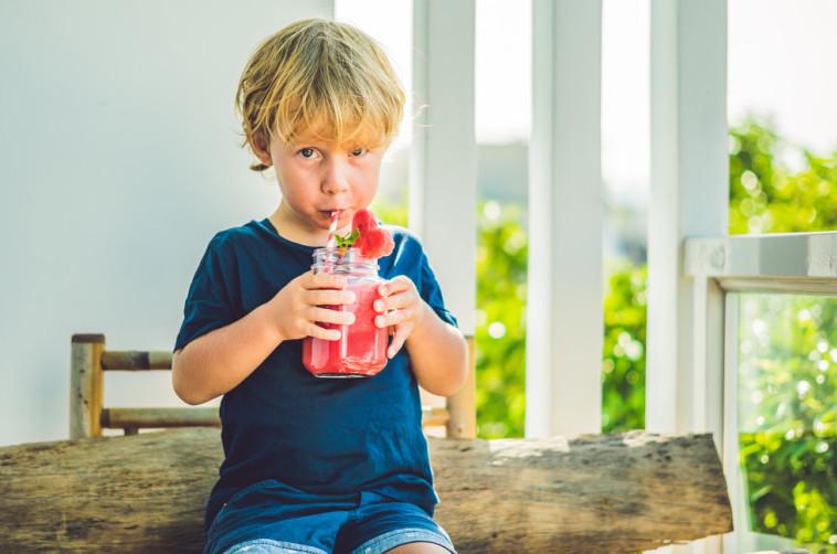 שייק פירות. הסוכר הוא רכיב משמעותי. צילום: Shutterstock