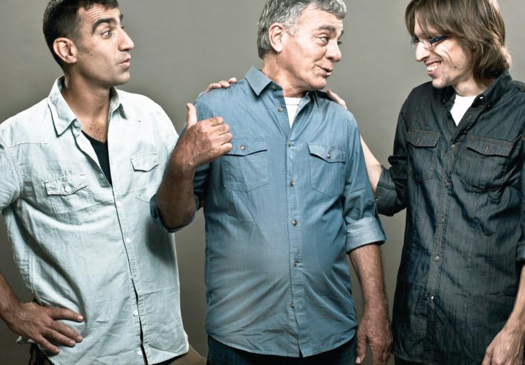 """גברי בנאי עם הבנים בעז (מימין) ואורי במופע """"אלה הם בנאי"""". צילום: פיני סילוק"""